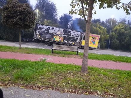 NICHELINO - A fuoco il rimorchio di un carro delle giostre: ipotesi dolo