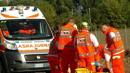 PIOSSASCO - Per evitare un trattore finisce nella scarpata: famiglia in ospedale