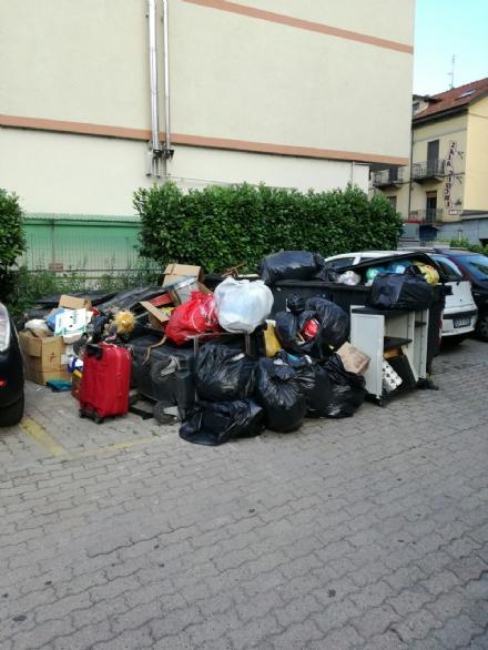 NICHELINO - Proteste in via XXV Aprile per laccumulo di rifiuti