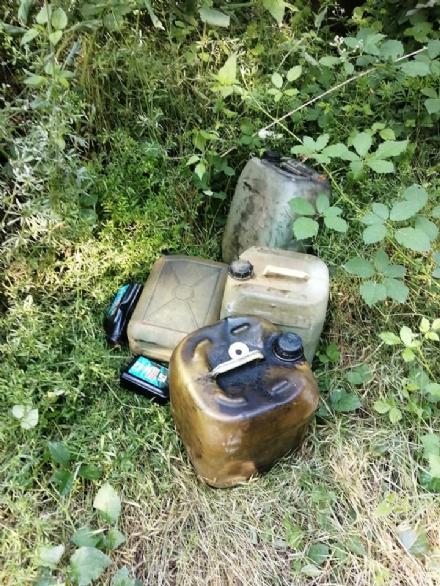 CARMAGNOLA - Taniche di combustibili usati abbandonate nel bosco del Gerbasso