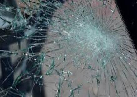 NICHELINO - Sfasciano le vetrate del chiosco dei giornali in zona Juvarra
