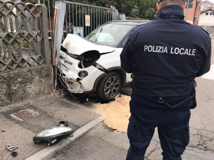 NICHELINO - Incidente alla rotatoria del Colombetto: auto si schianta contro un cancello