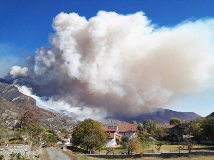 CINTURA SUD - Il fumo degli incendi arriva in pianura. LArpa: «Possono aumentare concentrazioni di Pm10»