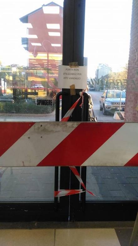 TROFARELLO - Troppi atti vandalici e la porta della stazione resta chiusa