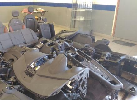 NICHELINO - I carabinieri trovano in una carrozzeria cruscotti e sedili ritenuti essere di auto rubate
