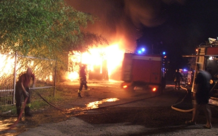 VINOVO - Incendio allippodromo: le fiamme devastano un capannone. Danni per migliaia di euro