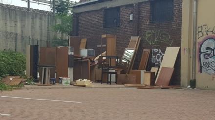 MONCALIERI - Maxi discarica abusiva di mobili nel parcheggio di via Peschiera