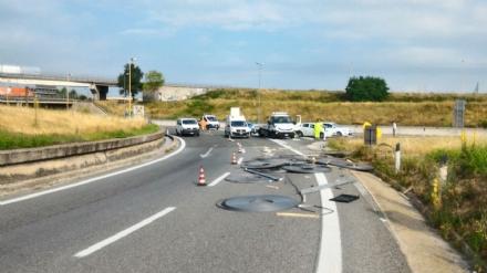 BEINASCO - Camion perde bobine metalliche in tangenziale, traffico nel caos