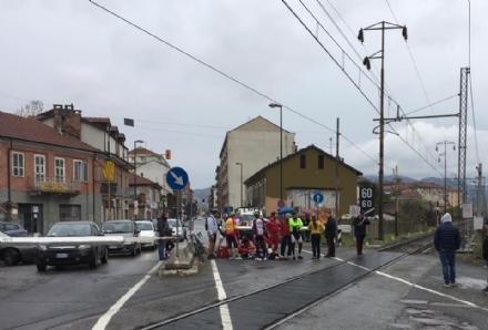 NICHELINO  - Ciclista cade tra i binari del passaggio a livello di via Torino. Circolazione ferroviaria interrotta