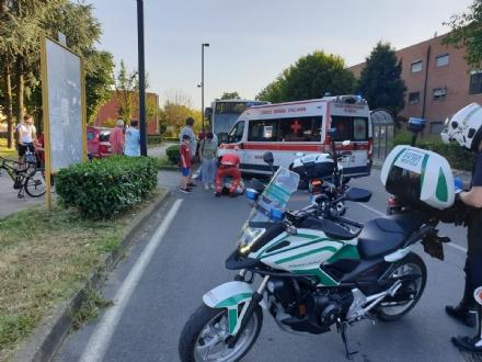 BEINASCO - Si scontrano in bicicletta e per poco non finiscono sotto lautobus: 13 enne in ospedale
