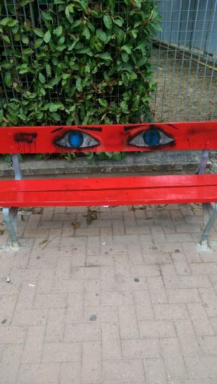 NICHELINO - Vandali sfregiano la panchina rossa anti violenza sulle donne