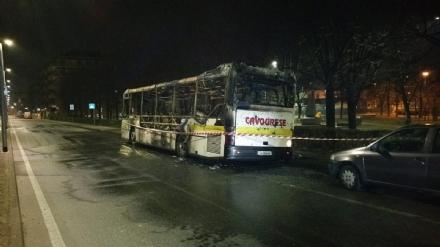 ORBASSANO - Autobus a fuoco nella notte in via Di Nanni
