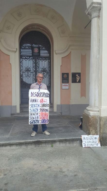 MONCALIERI - Con un cartello al collo protesta sotto il municipio perchè disoccupato