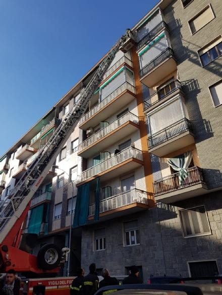 NICHELINO - Cedono i davanzali di un palazzo, auto rovinate e strada chiusa