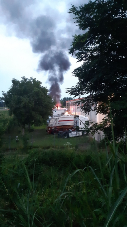 CARMAGNOLA - Paura per un camion andato a fuoco vicino allautostrada