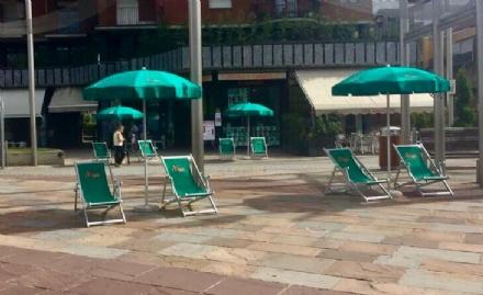 NICHELINO - In piazza Di Vittorio arrivano sdraio e ombrelloni per lapertura dei