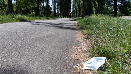AMBIENTE - Guanti e mascherine monouso gettati a terra in tutta la cintura: è allarme inquinamento