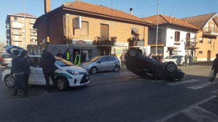 NICHELINO - Incidente stradale: auto finisce ruote allaria nellincrocio