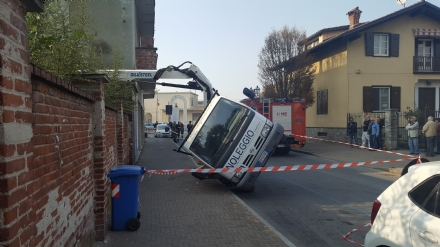 ORBASSANO - Si ribalta il camion durante i lavori a una casa, operaio in ospedale