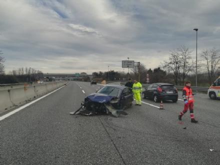 BEINASCO - Ragazza sbalzata sullasfalto dopo lincidente stradale sulla tangenziale di Torino - FOTO