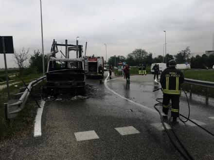 RIVALTA - Va a fuoco un camion sulla variante del Dojrone