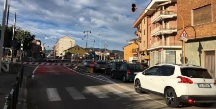 NICHELINO - Auto resta incastrata nel passaggio a livello ma viene sequestrata per targa irregolare