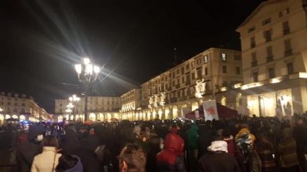 MANIFESTAZIONE COMMERCIO - Molti negozianti e ristoratori della cintura sud ieri sera in piazza a Torino