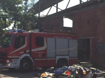 MONCALIERI - Nuovo incendio alla ex Firsat, a fuoco materiale abbandonato