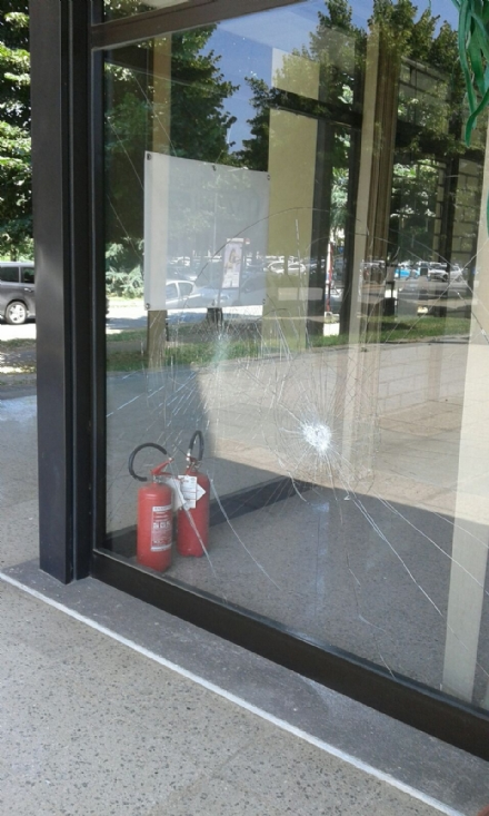 CARMAGNOLA - Squilibrato devasta le vetrine di un negozio sfitto
