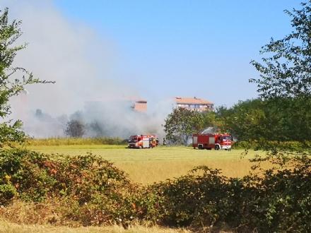 ORBASSANO - Vasto incendio in via Gramsci: colonna di fumo ben visibile
