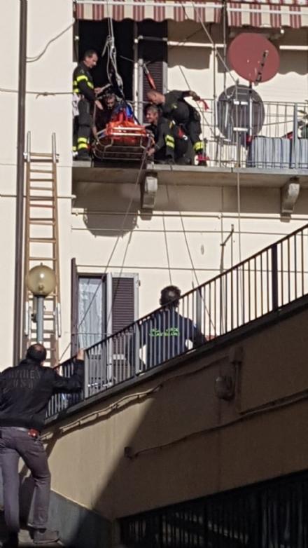 MONCALIERI - Malore ad una donna: chiusa via Santa Croce per larrivo dei vigili del fuoco