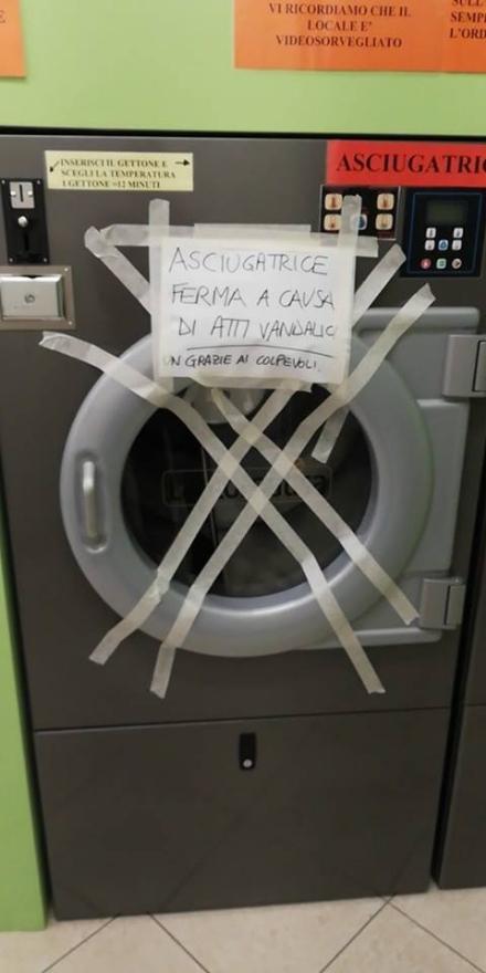 CARIGNANO - La lavanderia automatica apre da quattro giorni e i vandali già la rovinano