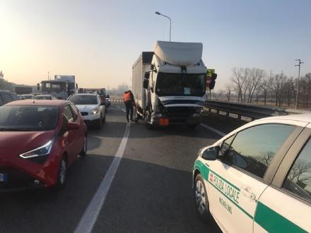 NICHELINO - Un tir si guasta e paralizza la circolazione in via Cacciatori