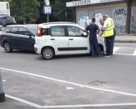 NICHELINO - Scontro tra due auto in via XXV Aprile: una donna in ospedale