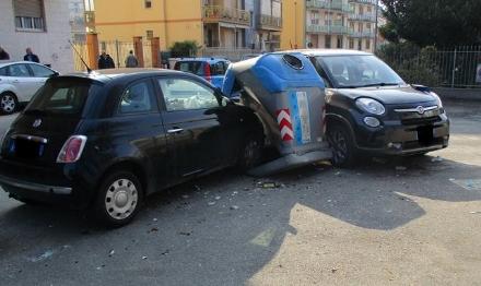 NICHELINO - Perde il controllo dellauto e devasta la campana dei rifiuti