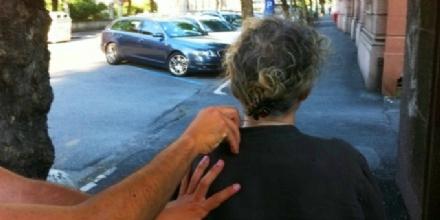 NICHELINO - Pensionata aspetta il pullman e le strappano la catenina dal collo