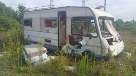 RIVALTA - La polizia locale scopre un accampamento abusivo di nomadi sulla collina