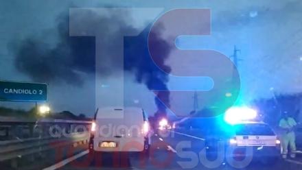 CANDIOLO - Auto prende fuoco durante la marcia: attimi di paura sulla tangenziale