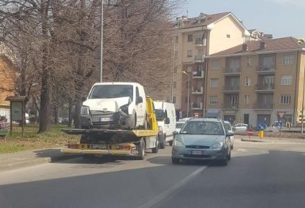 MONCALIERI - Il furgone sbanda e si schianta contro un palo della luce
