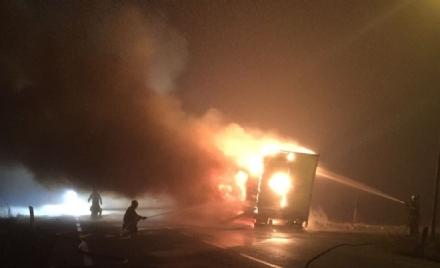 LA LOGGIA - Tir carico di caffè distrutto da un incendio nella notte