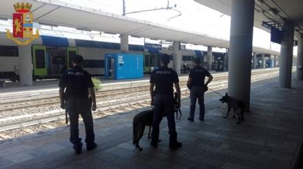 CARMAGNOLA - Polfer controlla ed identifica una ventina di persone in stazione