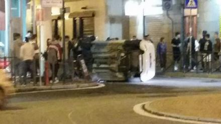 ORBASSANO - Auto si ribalta in pieno centro, illese le occupanti