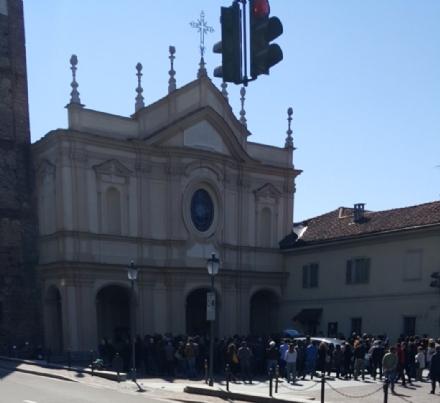MONCALIERI - Folla silenziosa ai funerali di Andrea Stra: «La Madonna del Rocciamelone ti guiderà nel tuo cammino»