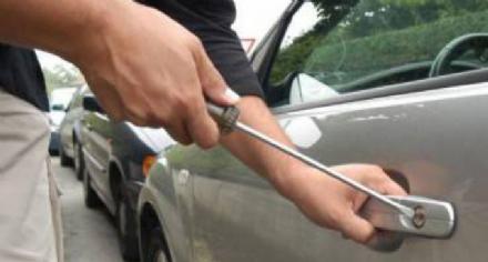 CARMAGNOLA - Ladri mettono nel mirino le auto parcheggiate