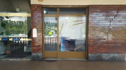 MONCALIERI - Raid vandalico in corso Trieste, distrutta la vetrina di un negozio