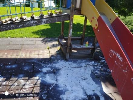 RIVALTA - Tornano i vandali a Tetti Francesi: giochi bimbi nel mirino