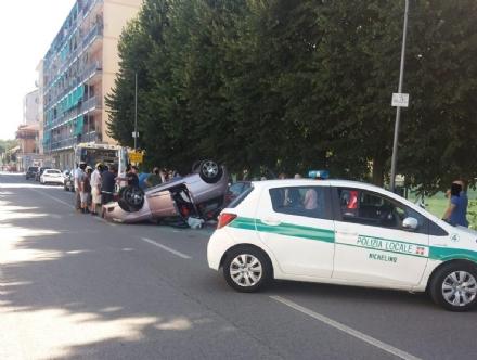 NICHELINO - Perde il controllo dellauto e si schianta contro i veicoli in sosta: una donna ferita