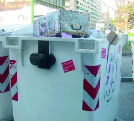 MONCALIERI - Lanciano i cassonetti in mezzo alla strada per noia. Intervento dei carabinieri