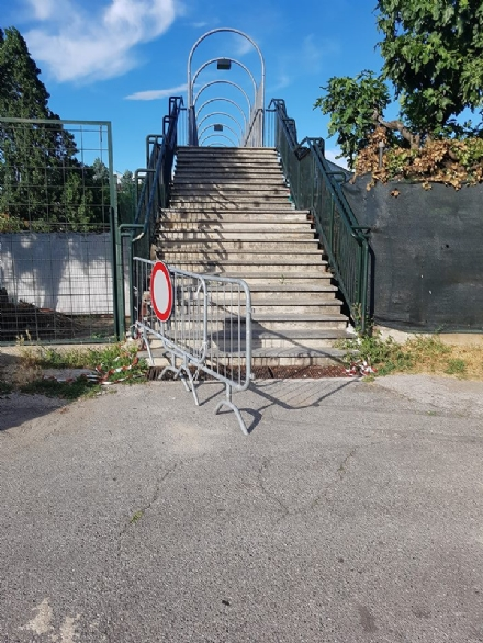 MONCALIERI - Riaperta senza permesso la passerella sulla ferrovia