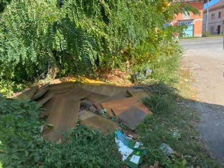 CARMAGNOLA - Incivili scaricano resti di mobili in uno slargo sterrato di via Torino